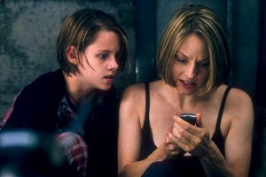 That's Kristen Stewart as Jodie Foster's daughter.  I know!  Same expression!
